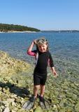 Το ευτυχές κορίτσι με το wetsuit, καλύπτει και κολυμπά με αναπνευτήρα στο s Στοκ Εικόνα