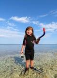 Το ευτυχές κορίτσι με το wetsuit, καλύπτει και κολυμπά με αναπνευτήρα στο s Στοκ φωτογραφίες με δικαίωμα ελεύθερης χρήσης