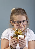 Το ευτυχές κορίτσι παίρνει ένα νέο παιχνίδι Στοκ εικόνες με δικαίωμα ελεύθερης χρήσης