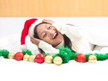 Το ευτυχές μικρό κορίτσι γιορτάζει τις διακοπές Χριστουγέννων στο σπίτι, νέο έτος Στοκ φωτογραφία με δικαίωμα ελεύθερης χρήσης