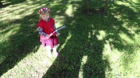 Το ευτυχές μικρό κορίτσι κάνει τις φυσαλίδες σαπουνιών απόθεμα βίντεο