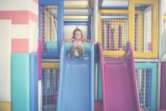 Το ευτυχές μικρό κορίτσι κατεβαίνει από το έλκηθρο Στοκ εικόνα με δικαίωμα ελεύθερης χρήσης