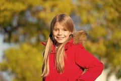 Το ευτυχές μικρό κορίτσι παίρνει την ευχαρίστηση στο σπάσιμο Σαββατοκύριακου Το μικρό ευτυχές χαμόγελο κοριτσιών απολαμβάνει κατά στοκ φωτογραφίες