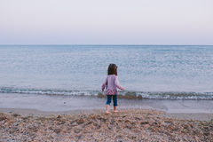 Το ευτυχές μικρό κορίτσι πηγαίνει στη θάλασσα Στοκ Εικόνες