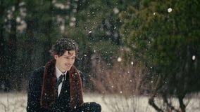 Το ευτυχές μοντέρνο άτομο ρίχνει επάνω στο χιόνι απόθεμα βίντεο
