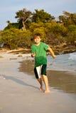 Το ευτυχές νέο αγόρι τρέχει εμπρός στοκ εικόνα με δικαίωμα ελεύθερης χρήσης