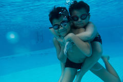 Το ευτυχές νέο ασιατικό παιδί με κολυμπά τα προστατευτικά δίοπτρα υποβρύχια Στοκ Εικόνες