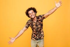 Το ευτυχές νέο αφρικανικό άτομο προσπαθεί να σας αγκαλιάσει Στοκ φωτογραφίες με δικαίωμα ελεύθερης χρήσης