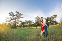Το ευτυχές νέο ζεύγος αγκαλιάζει στο πάρκο Στοκ εικόνα με δικαίωμα ελεύθερης χρήσης