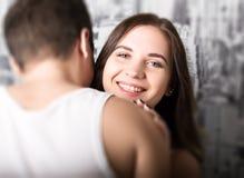 Το ευτυχές νέο ζεύγος που απολαμβάνει μια οικεία στιγμή, γελώντας πολλή και άτομο κτυπά ήπια την τρίχα του συνεργάτη του Στοκ φωτογραφία με δικαίωμα ελεύθερης χρήσης