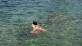Το ευτυχές νέο κορίτσι κολυμπά στη θάλασσα απόθεμα βίντεο