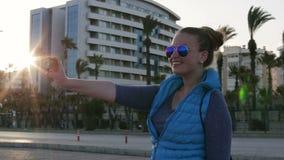 Το ευτυχές νέο κορίτσι φωτογραφίστηκε χρήση ένα smartphone φιλμ μικρού μήκους