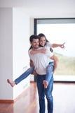 Το ευτυχές νέο ρομαντικό ζεύγος έχει τη διασκέδαση και χαλαρώνει στο σπίτι στοκ εικόνες