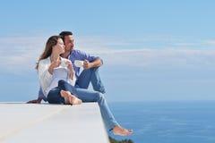 Το ευτυχές νέο ρομαντικό ζεύγος έχει τη διασκέδαση να χαλαρώσει στοκ εικόνα