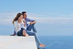 Το ευτυχές νέο ρομαντικό ζεύγος έχει τη διασκέδαση να χαλαρώσει στοκ φωτογραφίες με δικαίωμα ελεύθερης χρήσης