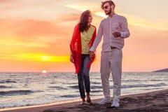 Το ευτυχές νέο ρομαντικό ζεύγος ερωτευμένο έχει τη διασκέδαση στην όμορφη παραλία στην όμορφη θερινή ημέρα Στοκ εικόνα με δικαίωμα ελεύθερης χρήσης