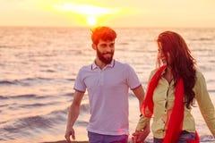 Το ευτυχές νέο ρομαντικό ζεύγος ερωτευμένο έχει τη διασκέδαση στην όμορφη παραλία στην όμορφη θερινή ημέρα Στοκ Εικόνες