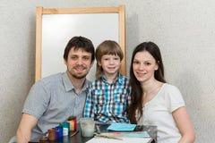 Το ευτυχές οικογενειακό χρώμα χρωματίζει στο σπίτι Στοκ εικόνα με δικαίωμα ελεύθερης χρήσης