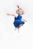 Το ευτυχές παιδί πηδά υψηλό που απομονώνεται Στοκ Φωτογραφίες