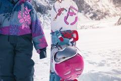 Το ευτυχές παιδί σας έχει το μάθημα σκι ή σνόουμπορντ στο αλπικό σχολείο στοκ εικόνες