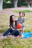 Το ευτυχές παιχνίδι κορών παιδιών αγάπης χρονικών μητέρων οικογενειακών γονικό παιδιών με το κοριτσάκι φύσηξε το μπαλόνι έχει μαζ Στοκ φωτογραφία με δικαίωμα ελεύθερης χρήσης