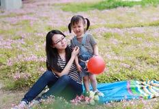 Το ευτυχές παιχνίδι κορών παιδιών αγάπης χρονικών μητέρων οικογενειακών γονικό παιδιών με το κοριτσάκι φύσηξε το μπαλόνι έχει μαζ Στοκ εικόνες με δικαίωμα ελεύθερης χρήσης