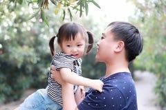 Το ευτυχές παιχνίδι κορών παιδιών αγάπης χρονικών πατέρων οικογενειακών γονικό παιδιών με το κοριτσάκι αγκαλιάζει το γέλιο μωρών  Στοκ Φωτογραφίες