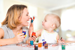 Το ευτυχές παιδί επισύρει την προσοχή στο πρόσωπο της μητέρας του. Στοκ Φωτογραφίες