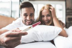 Το ευτυχές παντρεμένο ζευγάρι θα είναι γονείς στοκ εικόνες