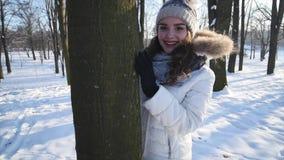 Το ευτυχές περπάτημα κοριτσιών το χειμώνα δασικό, αναδρομικά φωτισμένος, ευτυχία, νέο φλερτ γυναικών, που εξετάζει τη κάμερα, ακτ απόθεμα βίντεο