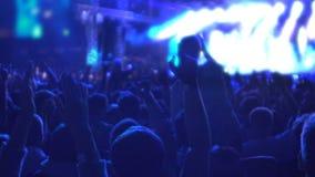 Το ευτυχές πλήθος των ανθρώπων που πηδούν στην ευφορία, που απολαμβάνει την καλή μουσική στο βράχο παρουσιάζει απόθεμα βίντεο