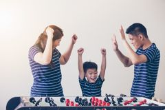 Το ευτυχές ποδόσφαιρο οικογενειακών παίζοντας πινάκων για χαλαρώνει στις διακοπές στο σπίτι στοκ εικόνες με δικαίωμα ελεύθερης χρήσης