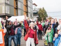 Το ευτυχές πλήθος κρατά ψηλά τα μήλα για την ημέρα τροφίμων στους αγρότες μΑ Corvallis στοκ φωτογραφίες με δικαίωμα ελεύθερης χρήσης