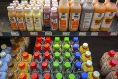 Το ευτυχές ράφι χυμών πλανητών σώζει μέσα στο μανάβικο τροφίμων Στοκ Φωτογραφία