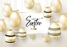 Το ευτυχές υπόβαθρο Πάσχας με ρεαλιστικό χρυσό λάμπει διακοσμημένα αυγά Σχεδιάγραμμα σχεδίου για την πρόσκληση, ευχετήρια κάρτα,  Στοκ Φωτογραφίες