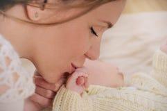 Το ευτυχές φιλί μητέρων δίνει το νεογέννητο μωρό της Στοκ φωτογραφία με δικαίωμα ελεύθερης χρήσης