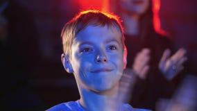 Το ευτυχές χαμογελώντας αγόρι στο δελφίνι παρουσιάζει την κατοχή της διασκέδασης και χτύπημα με το θαυμασμό φιλμ μικρού μήκους