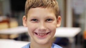 Το ευτυχές χαμόγελο το αγόρι στο σχολείο απόθεμα βίντεο