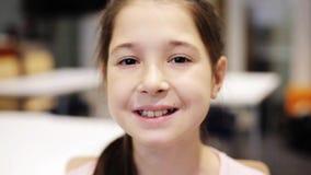 Το ευτυχές χαμόγελο όμορφο το κορίτσι στο σχολείο φιλμ μικρού μήκους
