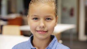 Το ευτυχές χαμόγελο όμορφο το κορίτσι στο σχολείο απόθεμα βίντεο