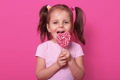 Το ευτυχές χαριτωμένο κορίτσι φορά αυξήθηκε τ hirt, στάσεις που απομονών στοκ φωτογραφίες με δικαίωμα ελεύθερης χρήσης
