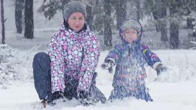 Το ευτυχές mom και ο γιος της ρίχνουν το χιόνι προς τη κάμερα Ευτυχής οικογένεια στο δάσος ή πάρκο όμορφο χειμερινό χιονώδες ημερ απόθεμα βίντεο