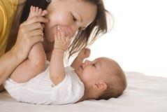 Το ευτυχές mom κρατά το μωρό Στοκ εικόνα με δικαίωμα ελεύθερης χρήσης