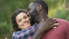 Το ευτυχές multiethnic ζεύγος, γιορτάζει την ποικιλομορφία, το αριθ. στο ρατσισμό και τη διάκριση απόθεμα βίντεο