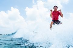 Το ευτυχές surfer οδηγά το κύμα στοκ φωτογραφίες με δικαίωμα ελεύθερης χρήσης