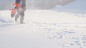 Το ευχάριστο άτομο πηγαίνει στο σνόουμπορντ σε ένα δύσκολο βουνό φιλμ μικρού μήκους