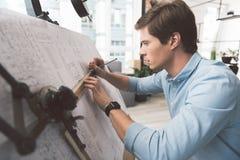 Το ευχάριστο νεανικό άτομο εργάζεται στο πρόγραμμά του Στοκ Εικόνες