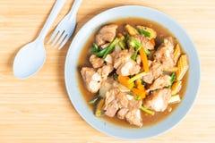 Το εφεδρικό πλευρό χοιρινού κρέατος ανακατώνει τηγανισμένος με τη σάλτσα σόγιας και το μαύρο πιπέρι στοκ εικόνες με δικαίωμα ελεύθερης χρήσης