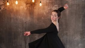 Το εφηβικό χορεύοντας κορίτσι είναι σε ένα στούντιο κατάρτισης το βράδυ φιλμ μικρού μήκους