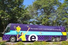 Το λεωφορείο κατόχων διαρκούς εισιτήριου που υποστηρίζεται από Esurance στις ΗΠΑ ανοίγει το 2014 κοντά στο εθνικό κέντρο αντισφαί Στοκ Εικόνα